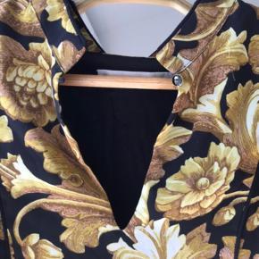 Aliva Long dress fra Gestuz med de fineste detaljer.  Inderkjole findes også, som er syet på.