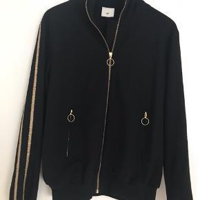 Sort Heartmade sweatshirt/jakke  model Enis Brugt 2 gange Køber betaler fragt og TS   BYTTER IKKE