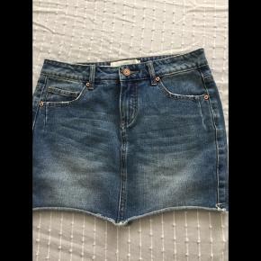 Fin kort denim nederdel fra Pieces str XS/S, fejler intet.  Pris 40 kr + porto