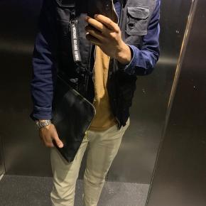 Acne studios cremefarvet bukser, jeg bruger normal 32/32 i bukser og den fitter perfekt.