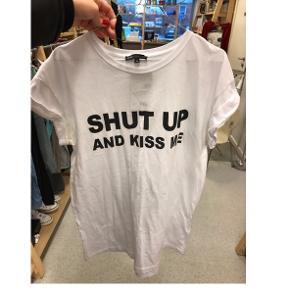 T-shirt fra Moss Copenhagen i størrelse M. Kan  sidde oversized, hvis man er mindre størrelse eller tilpas hvis man bruger større end M. Standen er super.