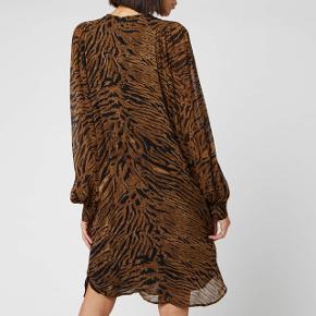 Sælger denne smukke ganni georgette kjole, da jeg desværre ikke passer den. Det er en str. 42 men jeg synes at den sidder lidt for meget til.  Bytter gerne med en str. 44. Mp 513 kr pp