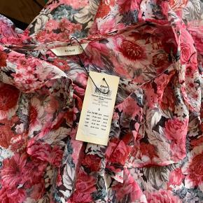 Smukkeste blomster kjole  Helt ny- stadig med mærke på.  Pigalle/only