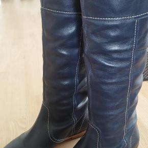 Brand: S.P.M. Varetype: blå læderstøvler Farve: Blå Oprindelig købspris: 995 kr.  Lækre blå læderstøvler - kun brugt en gang, så de er som nye :)  Pris 245 inkl. fragt med DAO