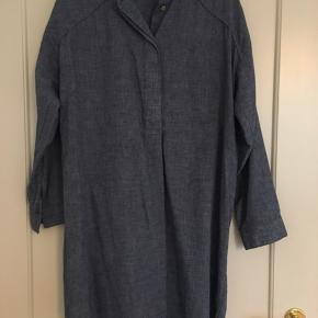 Fin skjorte/tunika i blå. Kan også bruge som kjole. Fremstår som ny