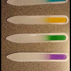Den lilla fil er solgt  Har 4 stk krystal glas negle file i forskellige farver sælger dem til 15kr stykket Eller 50 kr for alle 4   kan ved køb hentes i brøndbyøster eller sendes porto betaler køber