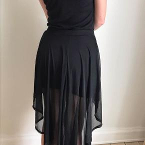 Super fin nederdel med længde bagtil.