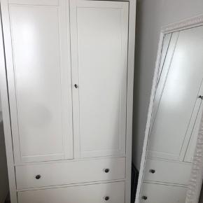 Super fint garderobeskab fra IKEA. Ca. 3 år gammelt. Har to skuffer og flytbare hylder. Har få brugsspor.  Fremvises gerne.  Pris:Byd