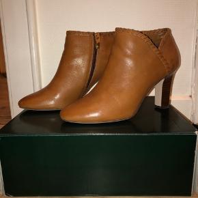 Super flotte brune støvler. Prøvet på et par gange, men kun indendørs.  8 cm hæl
