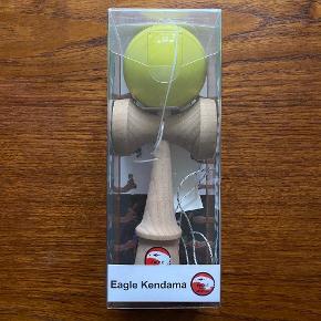 Eagle Kendama lavet af kvalitets bøgetræ Japansk træspil, der består af et håndtag og en kugle forbundet med en snor. Kuglen har et hul, der passer på spidsen af håndtaget, og hvor man tror det bare er lige til, så kræver det øvelse og præcision Her er tale om udfordrende legetøj, som både kan bruges af børn og voksne, og for hvem sværhedsgraden kan øges i tricks og i konkurrencer  Trælegetøj udendørsleg