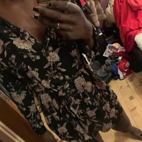 Anbefaler man er under 170 cm for at fitte kjolen bedst muligt