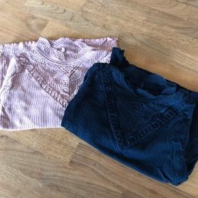 Så fine nogle trøjer. En i mørkeblå og en i rosa. De er i meget pæn stand. Fra røg og dyrefrit hjem. Byd