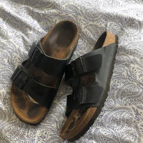 Sælger et par helt almindelig birkenstock sandaler i sort. De er et år gamle, men brugt en del, dog stadig i god stand 😊