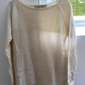 100% hvid cashmere sweater med mønster foroven.