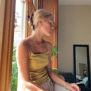 💜 Fin sommertop 💜  Placering: Aarhus, Trøjborg (Varen kan afhentes på min adresse, hvis ønsket)  Farven er et sted i mellem oliven-grøn og støvet gul   Søgeord: Retro, Vintage, 00'er, 90'er, 80'er, 70'er, 60'er, secondhand, genbrug, lopper, lises retro og vintage garderobe