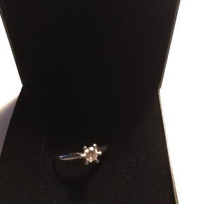 Smuk smuk hvidguldsring med Diamanter. Fra Århus guldsmed. Størrelse 55 Diamant størrelse 0,21  Klarhed TW.VVS Oprindelig pris 9500 kr.