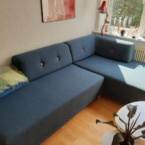 Formel A sofa i type FLOKK fabric, 2 pieces med dots i cognac leather. Mindre end 2 år gammel og i super god stand. Ny pris 7000kr. Kvittering haves. Da vi skal flytte er jeg villig til at give afslag ved en hurtig handel. Målene er 240cm bred og 90 cm dyb. Chaiselongen der går ud er 150cm dyb.