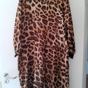 Leo kjole fra Prepair med bindebånd. Brystvidde: 2 x 62 cm Længde : 105