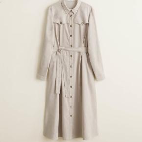 Sælger min Mango kjole i fløjl, da jeg ikke får den brugt :) Modellen hedder Corduroy dress 43090745