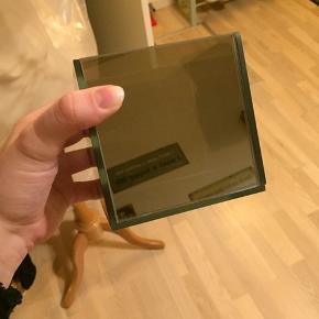 Helt ny, aldrig været brugt  Spejl og farvet plast  Det er den lille model af de moderne lysestager med glas i bunden