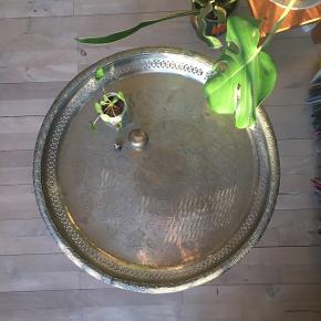 Bakkebord med indgraveringer og aftagelige ben. Bordet kan derfor bruges som både fad eller som sit eget lille pyntebord.