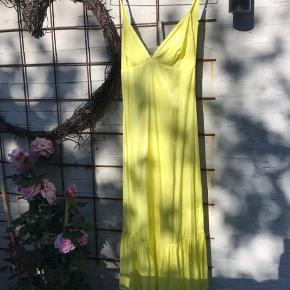 Den smukkeste sol-gule kjole, den er blød og lækker og falder så smukt.