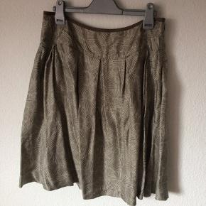 InWear - silke nederdel Str. 38 Næsten som ny (lille plet) Farve: lys mosgrøn med mønster Lavet af: Indre: 100% acetate Ydre: 100% silke Køber betaler Porto!  >ER ÅBEN FOR BUD<  •Se også mine andre annoncer•  BYTTER IKKE!