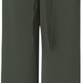 Hysteric er et par højtaljede bukser med brede ben. Buksen har bæltestropper og et bindebånd i samme materiale som buksen. Hysteric er fremstillet i et let og luftigt materiale, hvilket gør de falder utroligt flot.  Jeg har kun haft dem på 2 gange og mener ikke, at de nogensinde har været vasket.  Sender med DAO :-)