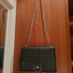 Sælger denne fine taske fra Gina Tricot. Den har lidt slidtage her og der men er i ellers fin stand