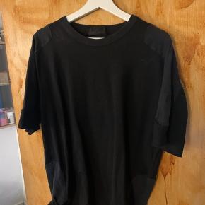 Sælger min dejlige Stone Island Shadow Dark tshirt i str m, den er kun brugt få gange og er derfor nærmest som ny. Np var 1050kr og er købt i Illum i København :)   Skriv hvis intra, så finder vi ud af noget :)