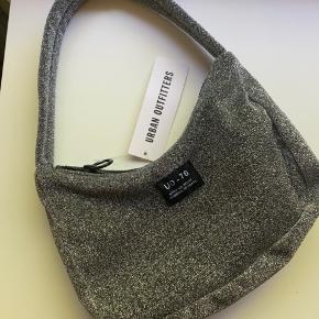 Super cool sølv håndtaske fra Urban outfittet, den er aldrig brugt og har stadig prismærke 🐚⭐️🪐 byd💫 køber betaler selv fragt 📦