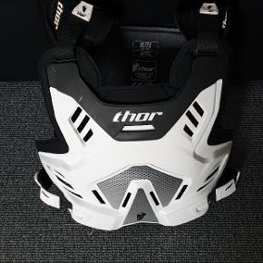 Brynje  Thor sentinel GP  Hvid Størrelse. XL Inkl.  Stropper til ryggen så man kan køre uden rygskjoldet.   Brugt meget lidt !! Ses også på billederne!! Framstår næsten som ny 😉  Mp 600kr
