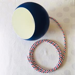Super fin kuglelampe i en smuk marineblå og med en fantastisk stofledning i de franske farver 🇫🇷 Lampen har også fået en ny fatning.