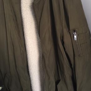 Lækker lang jakke fra Mango.   Syningen er gået lidt op bagpå.   Sig til, hvis jeg skal sende flere billeder 💚   #30dayssellout
