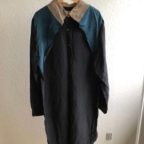 Silkekjole. Blå, beige og sort kjole i silke fra Rosa-Bryndis i størrelse 36 / S