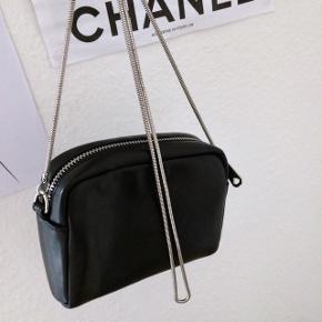 Lille sort gå i byen taske   • Sort læder look  • Sølv hardware  • Aldrig taget i brug  #trendsalesfund