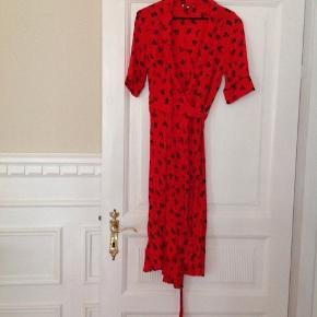 Virkelig fin Ganni kjole i rigtig god stand sælges. Der står ingen str. I den, men vil sige den svarer til en str. S, Byd gerne