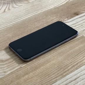 IPhone 6 64 GB fra 2016. Telefonen virker, men batteriet holder ikke så længe som fra ny. På bagsiden er der små brugsspor, men ingen revner (se billede). Telefonen har altid været brugt med cover, så jeg gætter på, at brugssporene kommer fra sandkorn el.l., der har siddet i coveret. Coveret kan medfølge. Oplader og høretelefoner medfølger ikke. Kvittering haves.