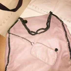 Stella McCartney Falabella, rose. The large one. A few damages on the back of the bag and a flaw inside the bag. (See pictures) Otherwise in good condition!! Dust bag/bag doesn't come with.