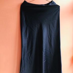 Flot, mørkeblå nederdel.