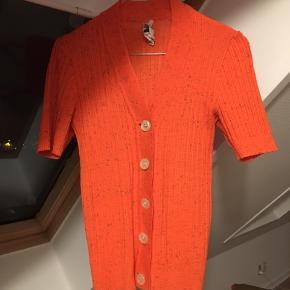 Vintage cardigan med korte ærmer og i strik. Lidt lille størrelse 38 og i 100 % polyakryl.