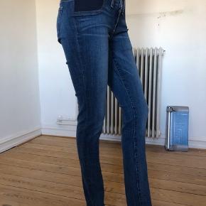 Flotte jeans fra J Brand model Bayside. Super elastiske.  Brugte enkelte gange, fejler absolut intet.  Byttes ikke.