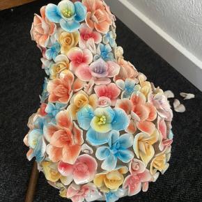 Har lige afhentet den smukkeste Birch Nielsen vase, 29 cm, i pakkeboks. Desværre har vasen fået ødelagt et par enkelte blomster i bunden af vasen. De ødelagte blomster kan man ikke se når den står op.
