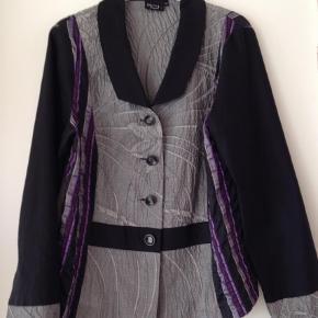 Varetype: Blazer Farve: Sort  Super fin jakke til inden dørgs brug  Brystvidden 98 cm.  Længden 65 cm. Med skulder puder.  Købspris 799 kr.   Mobil Pay