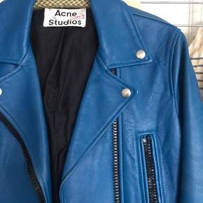 Verdens flotteste one of a kind læderjakke fra Acne. Jakken er en runway model og er derfor kun brugt på catwalken. Jakken er ikke sat i produktion og du finder derfor ikke en magen til 🌸 Der er enkelte brugstegn da jakken har været med til shows i hele verden 🎉  Sender gerne 👌🏼
