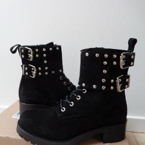 Varetype: Fede ruskinds støvler. Farve: sorte Oprindelig købspris: 1149 kr. Størrelsen er en normal str 38 Hælhøjde: 3 cm