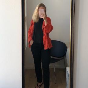 Fin sommerlig jakke fra Zara, som kan bruges med og uden bælte. Brugt få gange og er næsten som ny ✨