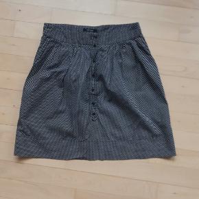 Nederdel fra samsøe & samsøe i str. xs. Sort med hvide prikker.   Måler ca 74 cm i talje omkreds  og 46 cm i længde.   100% bomuld.   Hentes i Roskilde, eller sender mod betaling af fragt.
