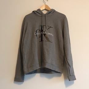 Grå Calvin Klein hoodie i str. L (svarer dog mere til en str. S) brugt i en periode men er stadig i god stand.  Kan afhentes i Ørestad eller sendes på købers regning.