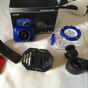 HD 720p Action Camera. Farve: blå. Sælges med vandtæt etui og holder til hjelm og cykelstyr. Inkl. 1 GB memory card. Stand: som ny.